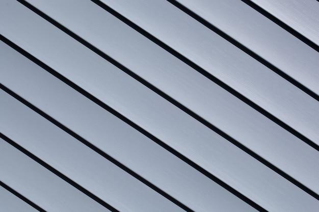 Blaue konstruktions-vinylverkleidungsplatten. haus mit kunststoff-vinyl-abstellgleis bedeckt. vinylseitenwandoberfläche mit horizontalen linien