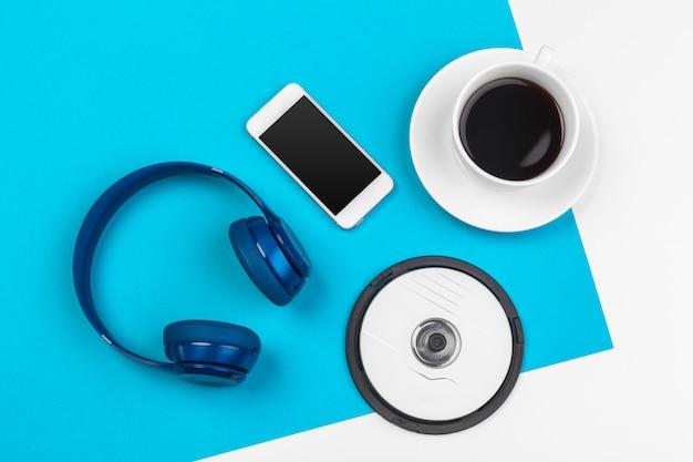 Blaue kopfhörer auf blauer und weißer farbe