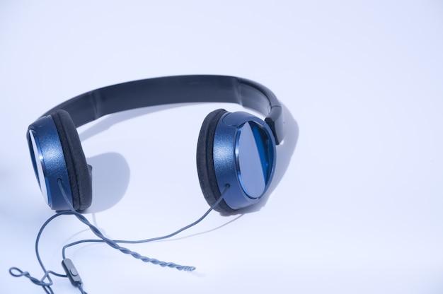 Blaue kopfhörer auf weißer oberfläche