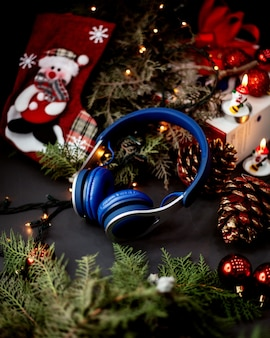Blaue kopfhörer und weihnachtssocken