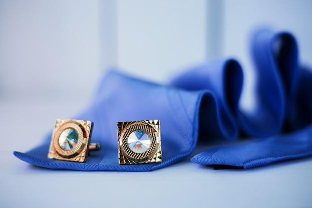 Blaue krawatte mit manschette