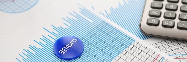 Blaue kryptokyrrenzmünzenlüge der waage auf tabelle gegen