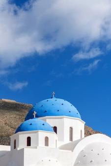 Blaue kuppeln einer orthodoxen kirche bei sonnenaufgang in santorini