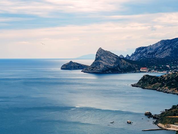 Blaue landschaft mit meer und bergen
