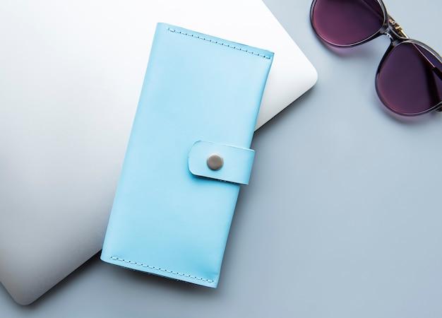 Blaue lederbrieftasche auf grauer oberfläche