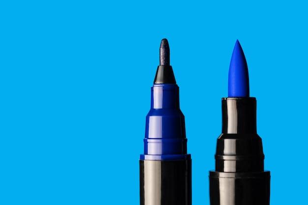 Blaue markierungsnahaufnahme auf einem blauen hintergrund.