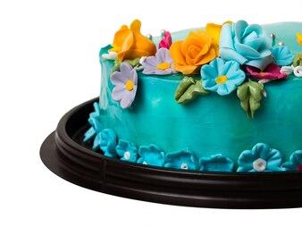 Blaue Marmeladenkuchendekorationen der Nahaufnahme mit bunten Zuckerglasurfrüchten auf weißem Hintergrund
