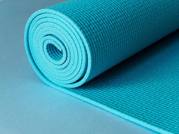 Blaue matte für yoga, fitness oder pilates im fitnessstudio.