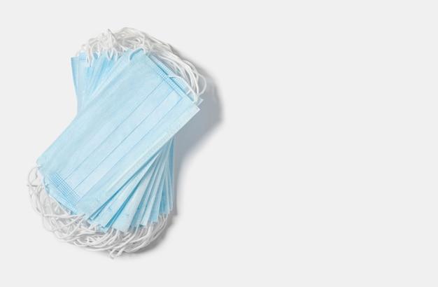 Blaue medizinische masken auf einem weißen hintergrund