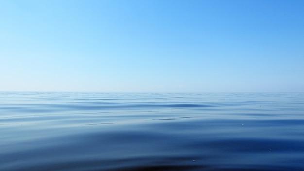 Blaue meer- und himmelslandschaft