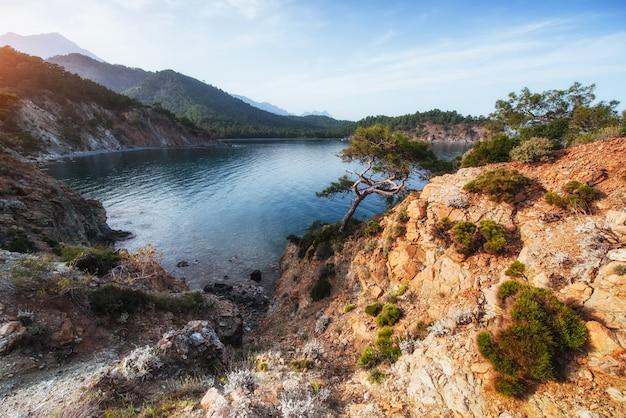 Blaue meereswelle des mittelmeers an der türkischen küste