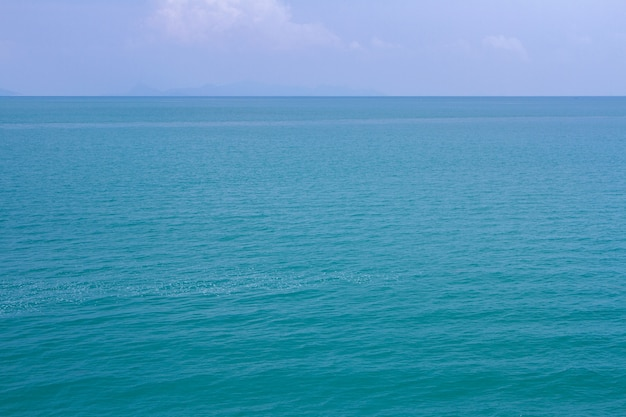 Blaue meereswellenoberfläche weich und ruhig mit blauem himmel