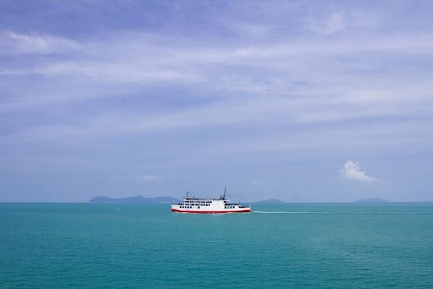 Blaue meereswellenoberfläche weich und ruhig mit hintergrund des blauen himmels