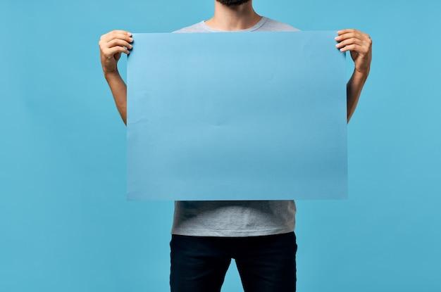 Blaue modellplakatmännerhände beschnittene ansichtsanzeige. hochwertiges foto