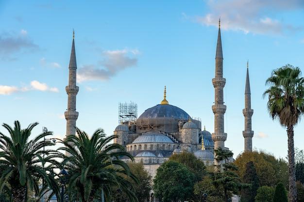 Blaue mücke istanbuls mit blauem nettem himmel in istanbul, die türkei