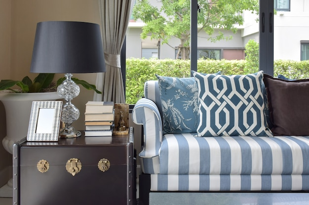 Blaue musterkissen auf gestreiftem sofa