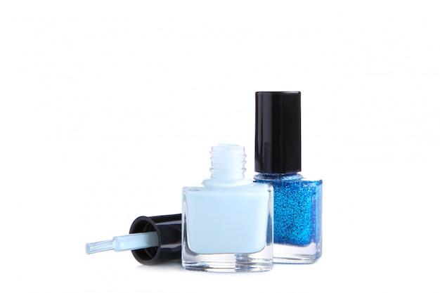 Blaue nagellackflasche lokalisiert auf weißem hintergrund