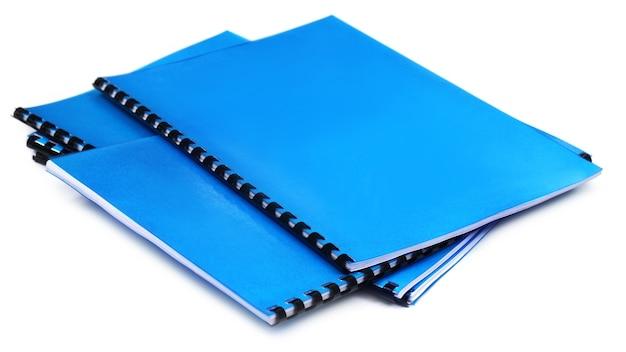 Blaue notizbücher mit spiralbindung auf weißem hintergrund