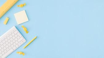Blaue Oberfläche mit Lernwerkzeugen