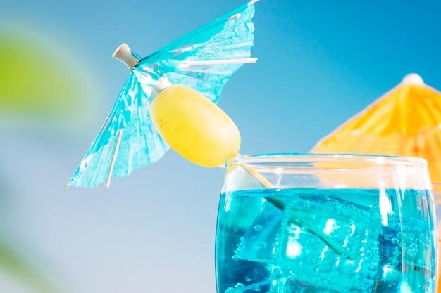 Blaue orangengetränke mit olive geschnittenen limettenminze in den gläsern