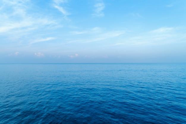 Blaue ozeanoberfläche naturansicht von oben schoss durch brummen