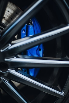 Blaue pads am steuer eines autos.