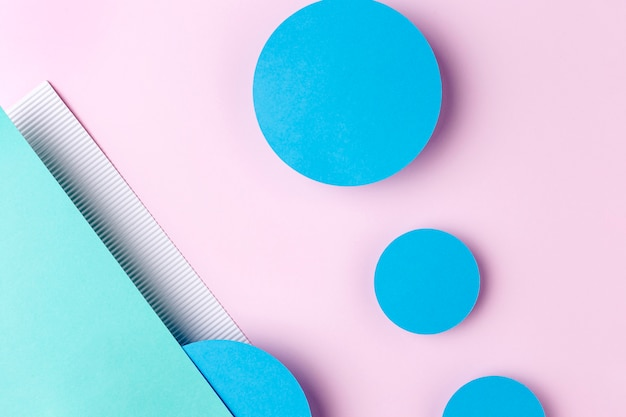 Blaue papierkreise auf rosa hintergrund