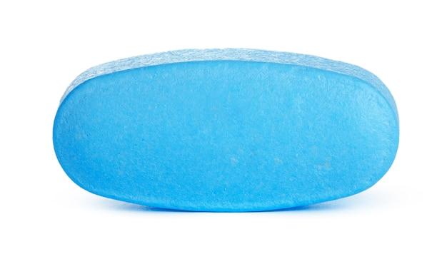 Blaue pille auf weißer oberfläche