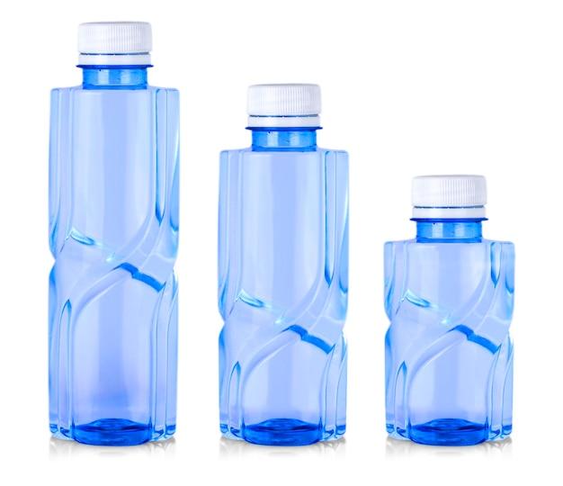 Blaue plastikflasche lokalisiert auf weißem hintergrund.