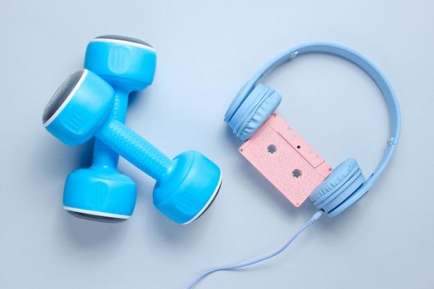 Blaue plastikhanteln, kopfhörer mit audiokassette