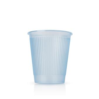 Blaue plastiktasse auf weißem hintergrund