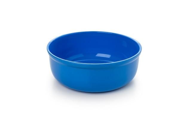 Blaue plastikwasserschüssel auf isoliertem weißem hintergrund