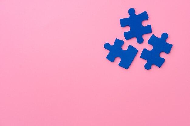 Blaue puzzleteile auf papieroberflächen-draufsicht