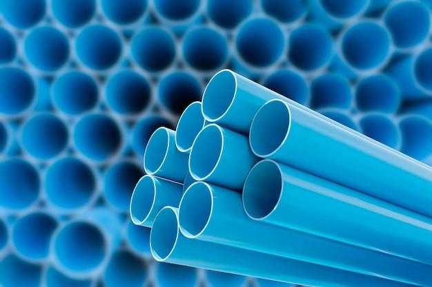 Blaue pvc-rohre für wasserstapel im lager