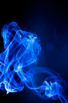 Blaue rauchbewegung auf schwarzem hintergrund.