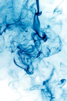 Blaue rauchbewegung auf weißem hintergrund.