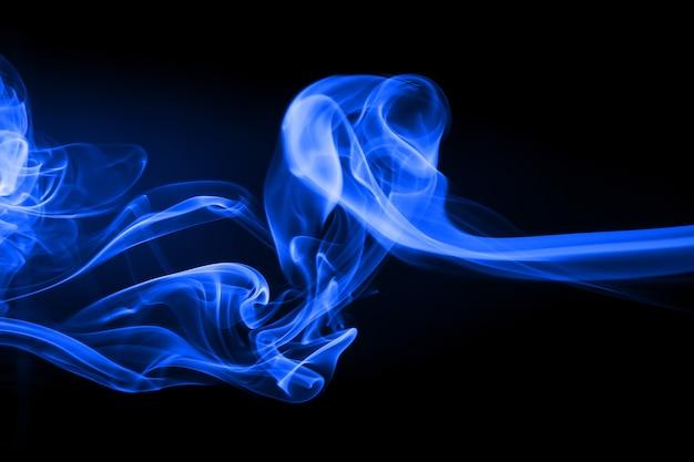 Blaue rauchbewegungszusammenfassung auf schwarzem hintergrund, dunkelheitskonzept