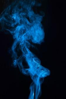 Blaue rauchüberlagerungsbeschaffenheit gegen schwarzen hintergrund