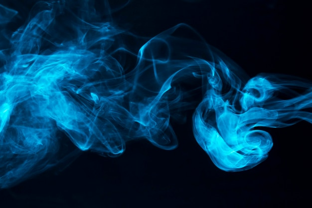Blaue rauchwellen auf schwarzem hintergrund