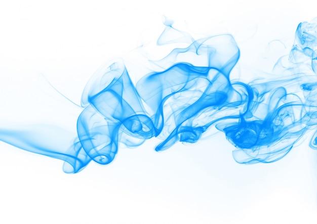 Blaue rauchzusammenfassung auf weißem hintergrund. tintenwasser auf weiß