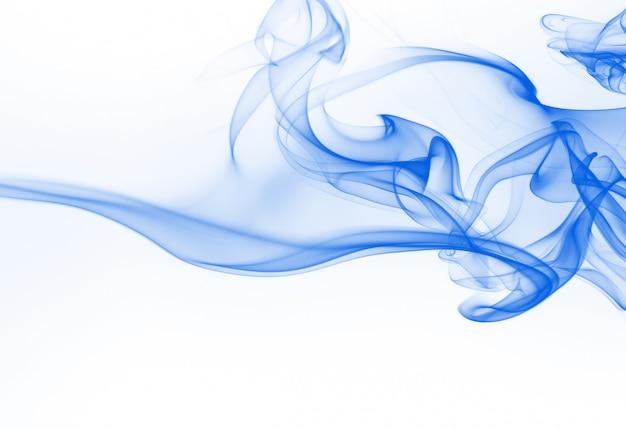 Blaue rauchzusammenfassung auf weißem hintergrund, tintenwasser