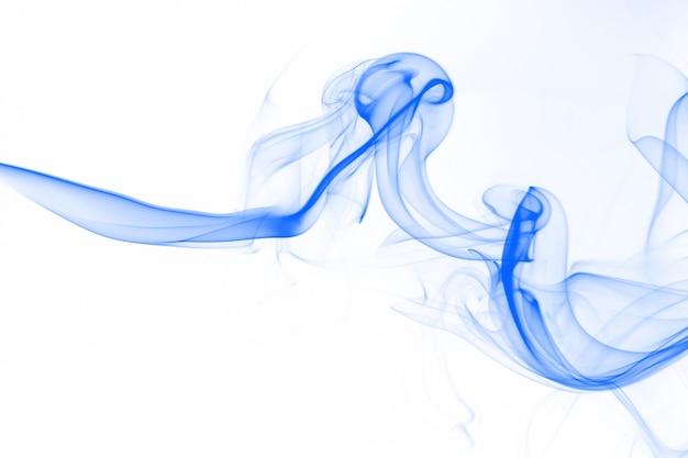 Blaue rauchzusammenfassung auf weißem hintergrund.