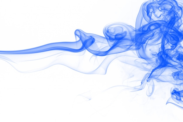 Blaue rauchzusammenfassung der bewegung auf weißem hintergrund, tintenwasser