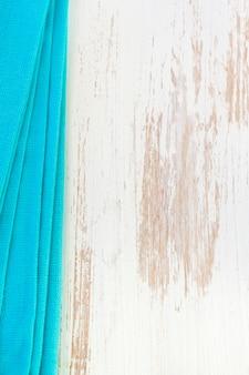 Blaue serviette auf weiß