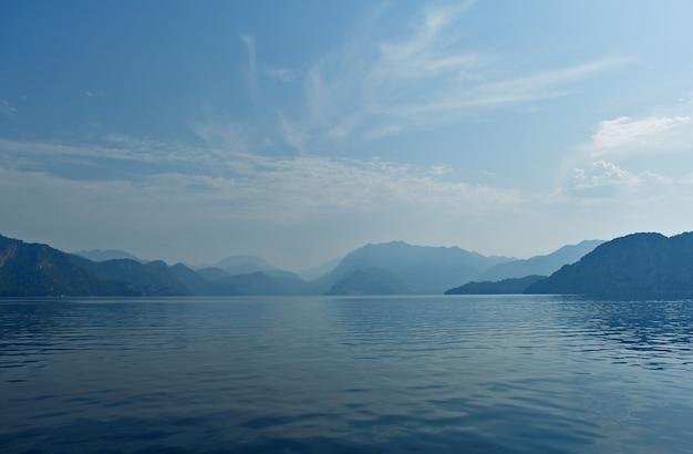 Blaue silhouetten von bergen an der ägäischen küste. truthahn