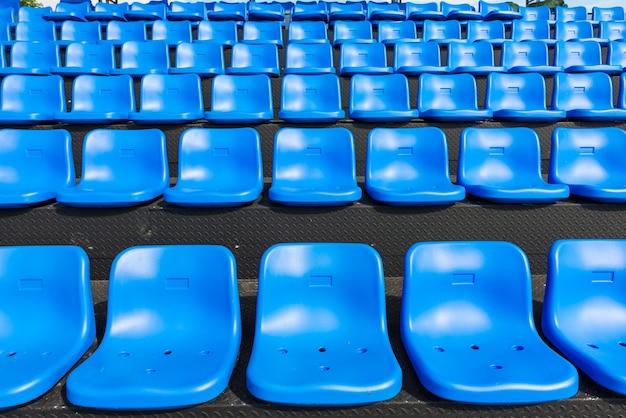 Blaue sitze auf der tribüne