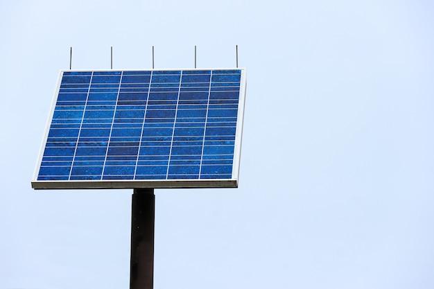 Blaue sonnenkollektoren (solarzelle) mit beschneidungspfad