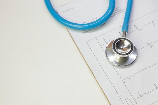 Blaue stethoskope und elektrokardiographiediagrammabschluß herauf bild.