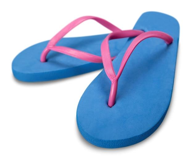 Blaue strand-gummi-sandalen flip-flops isoliert auf weißem hintergrund