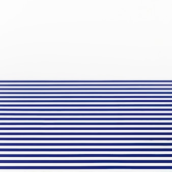 Blaue streifen auf weißem hintergrund